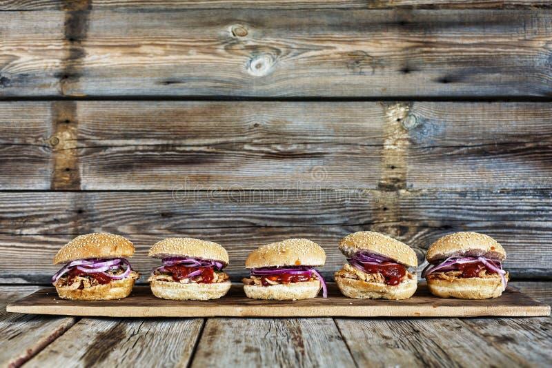 街道食物,汉堡,党集合,食物,汉堡包,肉,三明治,美国人,牛肉,小圆面包,快速,土气样式 自创快餐 警察 免版税图库摄影