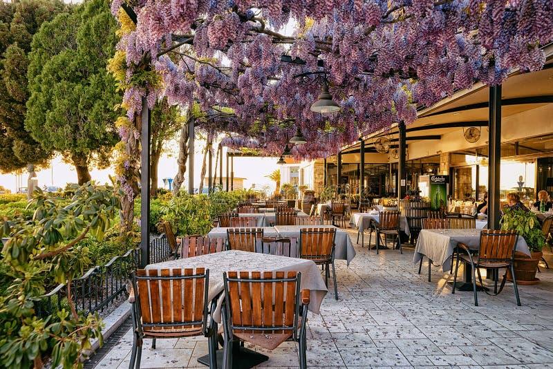 街道餐馆在伊佐拉老市斯洛文尼亚欧洲 免版税库存图片