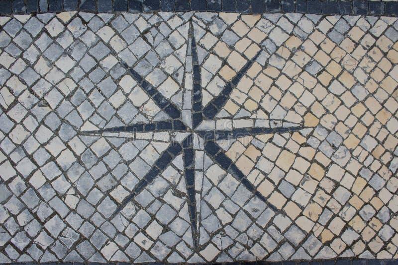 街道马赛克,石路面有风玫瑰色背景 边路设计 免版税库存照片