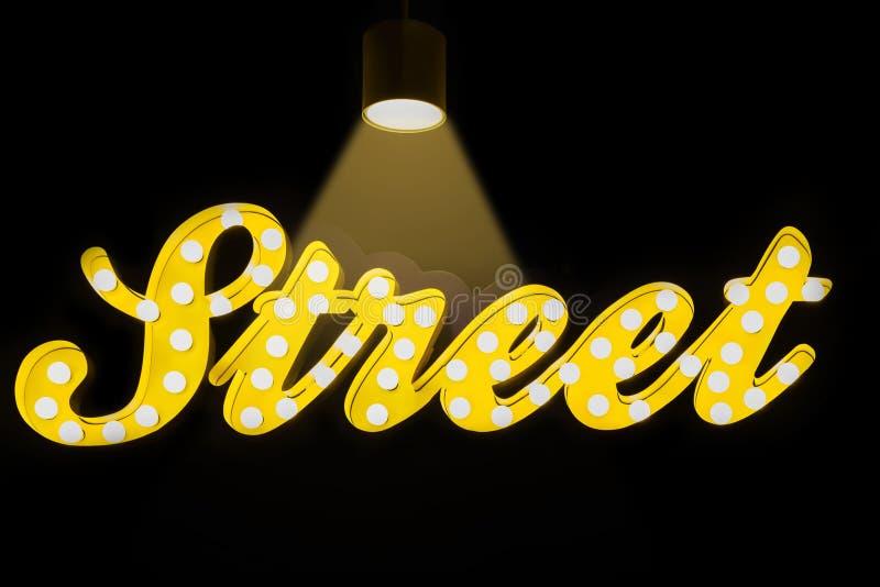 街道-在黑背景的发光的霓虹灯广告 免版税库存照片