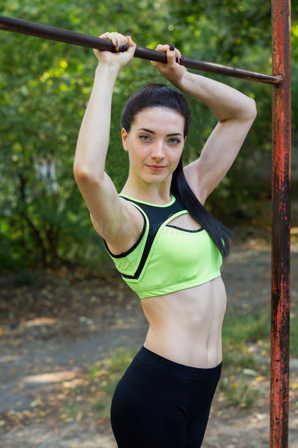 街道锻炼女孩 免版税库存图片