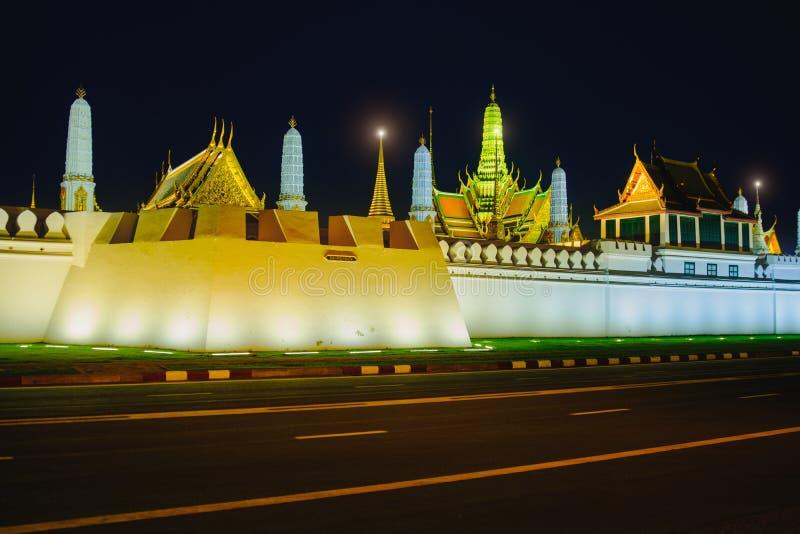 街道临近旁边盛大宫殿或绿宝石菩萨寺庙 免版税库存照片