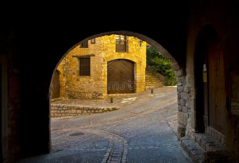 街道Alquézar是区域Somontano de巴瓦斯特罗的自治市 免版税库存照片