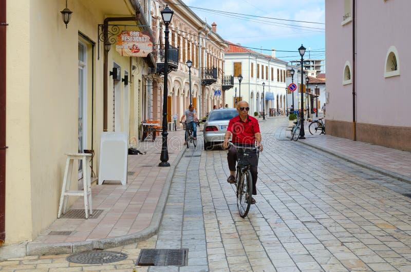 街道Rruga G ` juhadol的骑自行车者在斯库台,阿尔巴尼亚的市中心 免版税库存照片