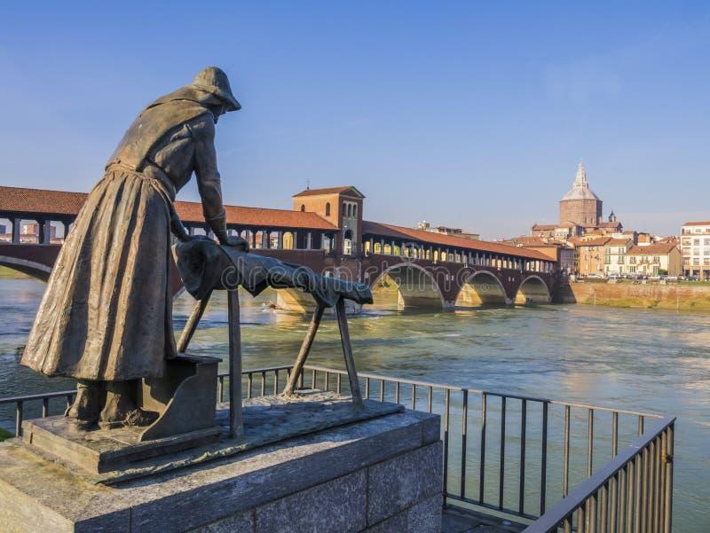 洗衣女工雕象和被遮盖的桥,帕尔瓦,意大利 免版税库存图片