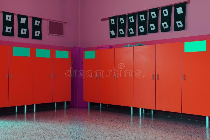 更衣室和衣物柜孩子的幼儿园 库存照片