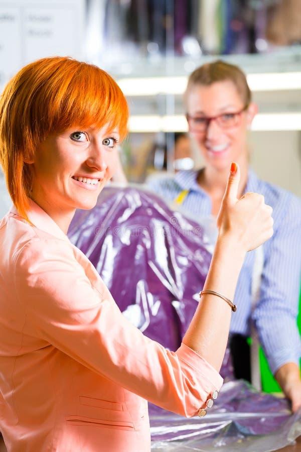 洗衣店商店或纺织品干洗的顾客 免版税库存图片