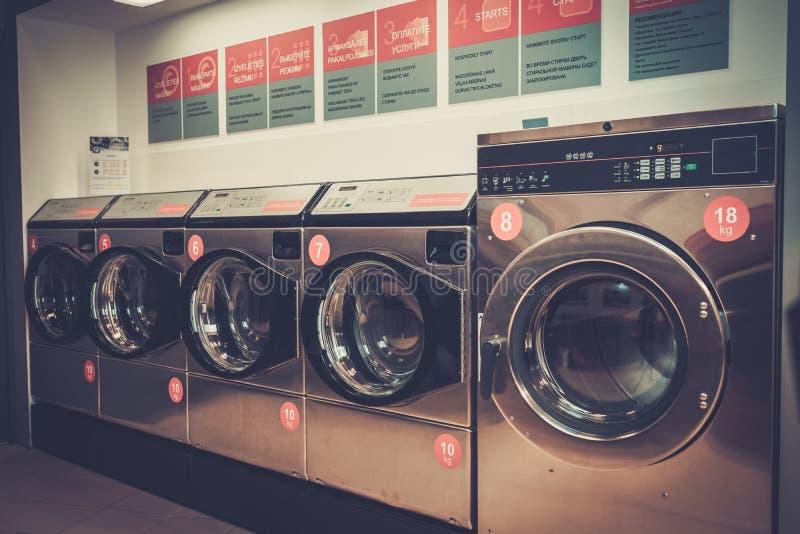 洗衣店机器在洗衣店商店 免版税库存照片