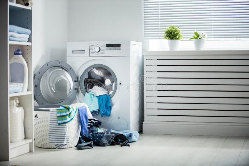 洗衣店 洗衣机和堆肮脏的衣裳 库存照片