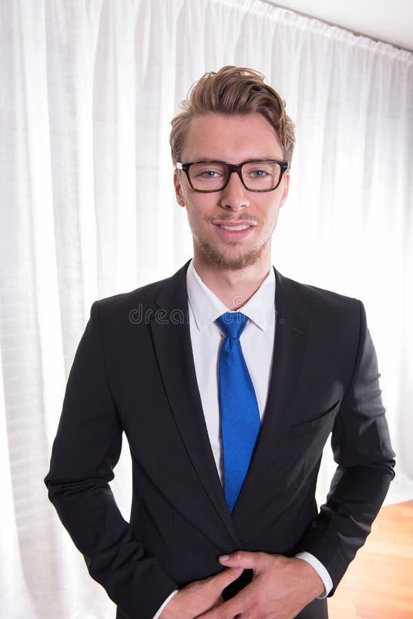 衣服和领带的画象年轻商人 图库摄影
