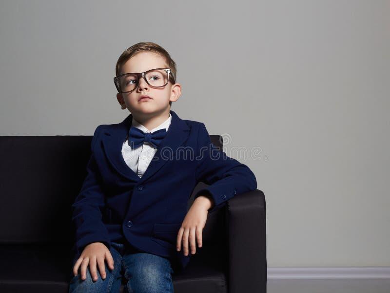 衣服和玻璃的时兴的小男孩 时髦的子项 免版税库存照片