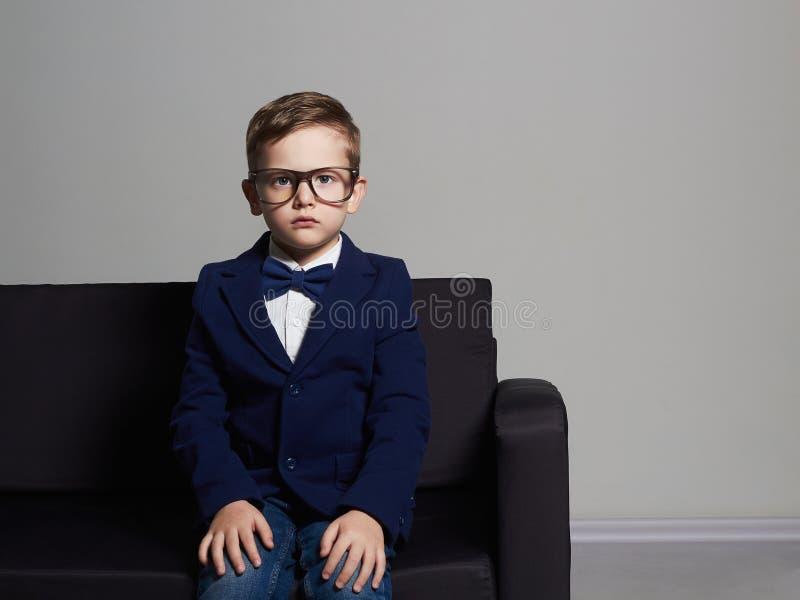 衣服和玻璃的时兴的小男孩 时髦的子项 免版税库存图片