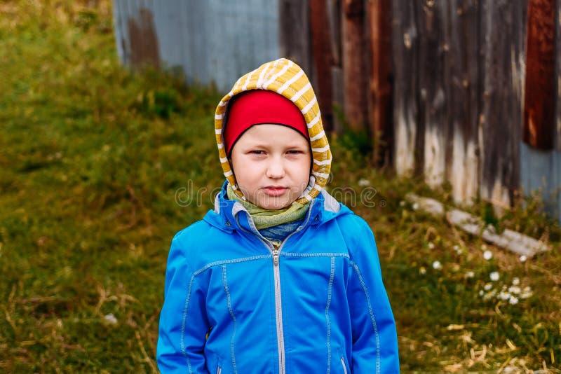 衣服暖和的七岁的男孩 免版税库存图片