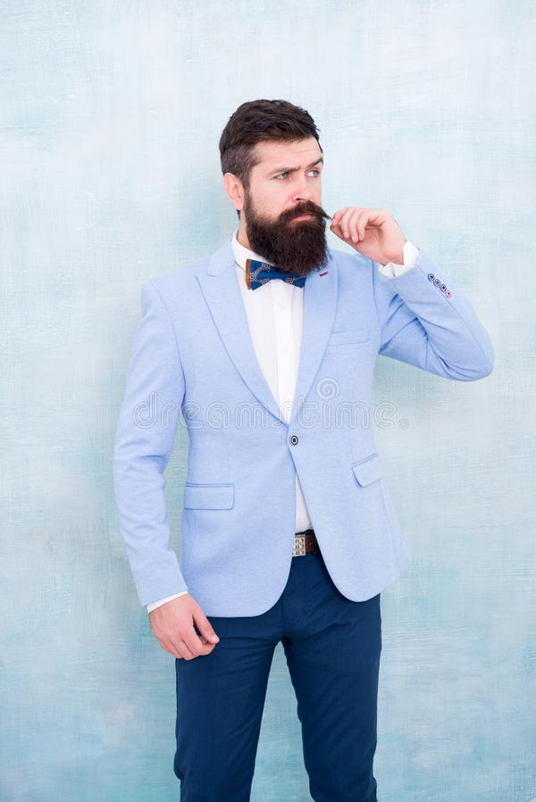 衣服样式 新郎的时尚趋向 o 时髦的新郎 与他惊人的酥脆衣服夹克的声明 美发师 图库摄影