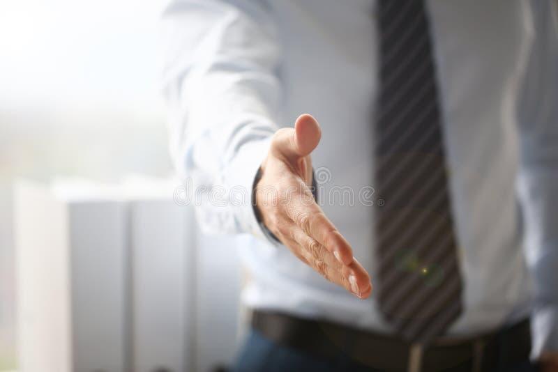 衣服的人和领带给手作为你好在办公室特写镜头 免版税图库摄影