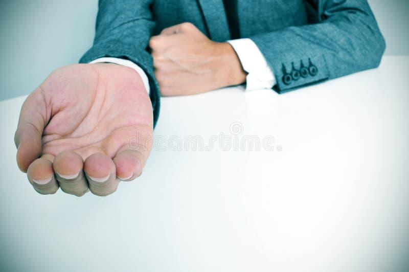 衣服的人用一只被伸出的手 库存照片