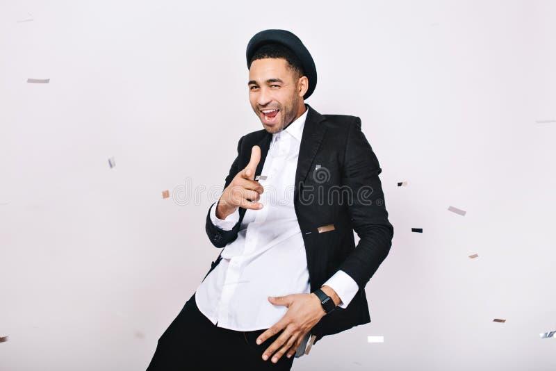 衣服的凉快的现代帅哥获得乐趣在白色背景的闪亮金属片 庆祝,党,心情,幸福 免版税图库摄影