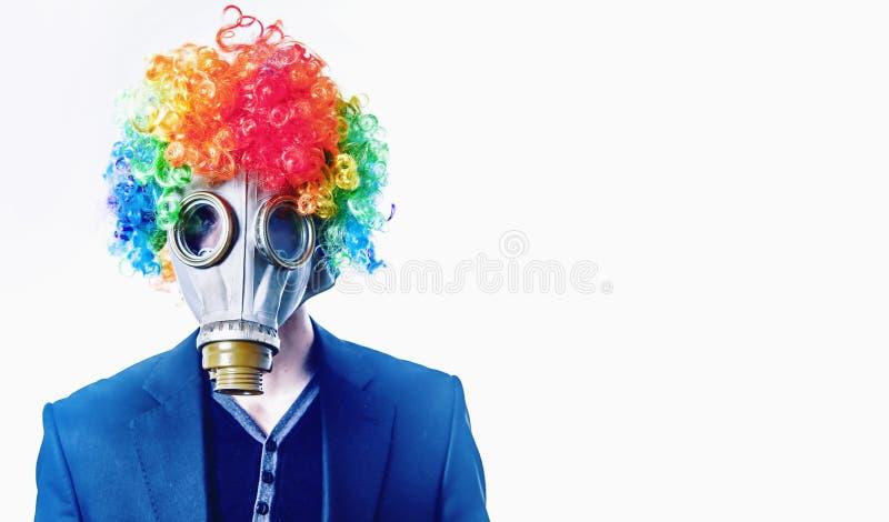 衣服的办工室职员小丑没有作为低wa的标志的一张面孔 免版税图库摄影
