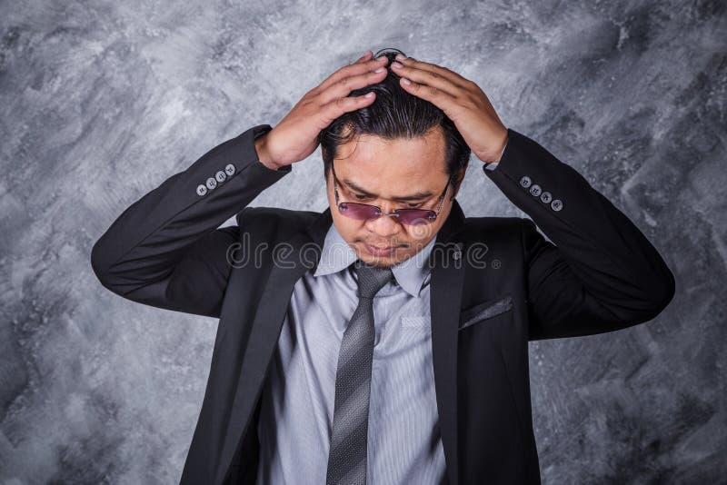 衣服的商人与头疼和问题 库存照片