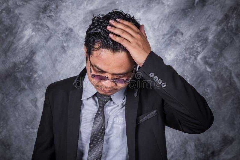 衣服的商人与头疼和问题 图库摄影