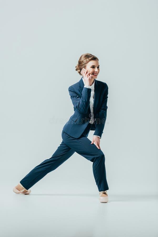 衣服的女实业家和芭蕾舞鞋谈话在智能手机 免版税图库摄影