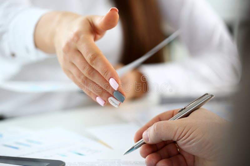 衣服的妇女给手作为你好在办公室特写镜头 免版税库存照片