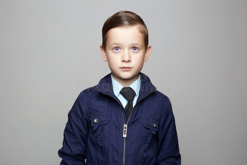 衣服的时兴的小男孩 时尚儿童画象 库存图片