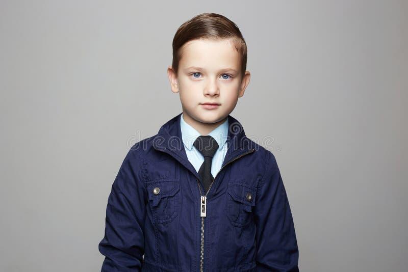 衣服的时兴的小男孩 时尚儿童画象 免版税库存图片
