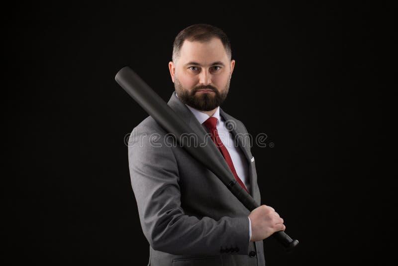 衣服的有胡子的人和与棒球棒的红色领带 免版税库存照片