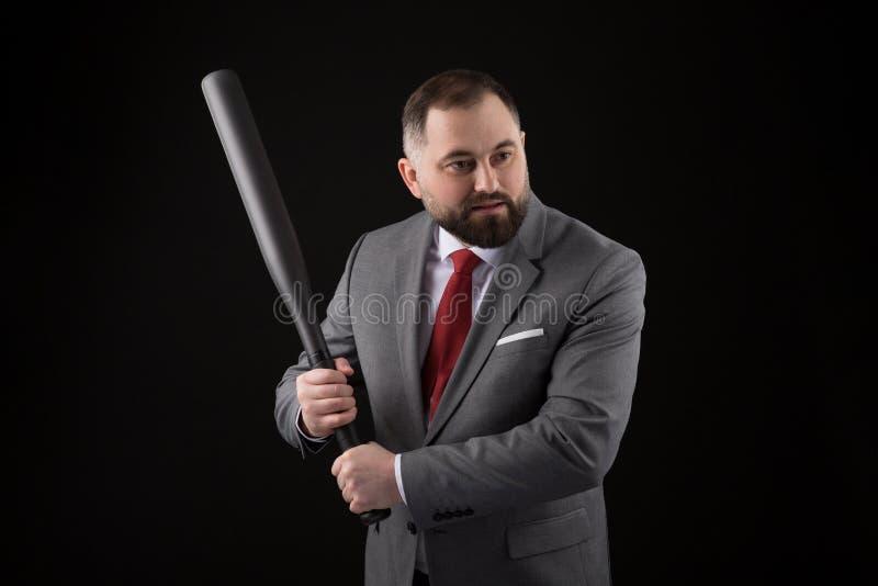 衣服的有胡子的人和与棒球棒的红色领带 免版税图库摄影