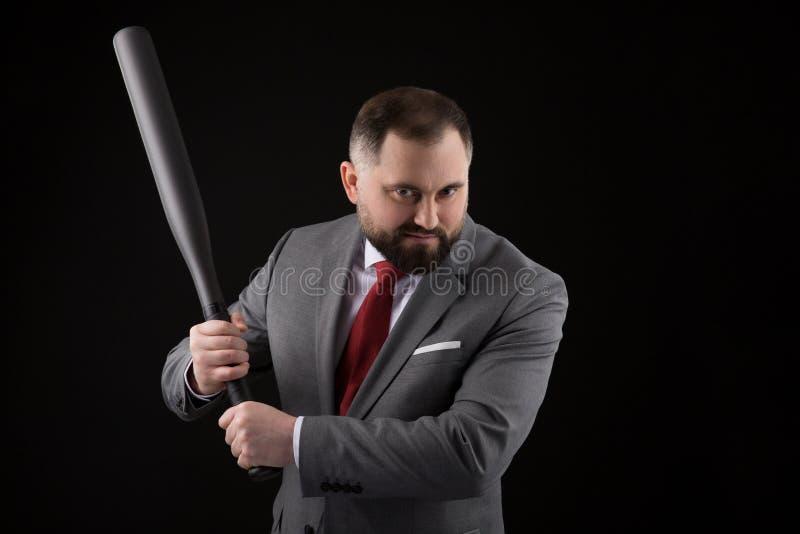 衣服的有胡子的人和与棒球棒的红色领带 免版税库存图片