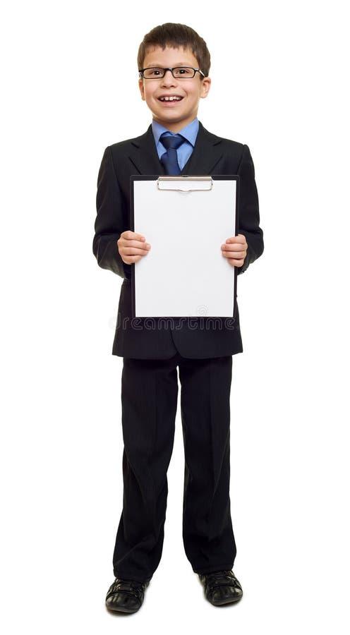 衣服的男生和白纸在白色的剪贴板被隔绝的,教育概念覆盖 库存照片