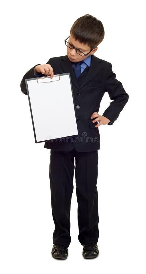 衣服的男生和白纸在白色的剪贴板被隔绝的,教育概念覆盖 免版税库存图片