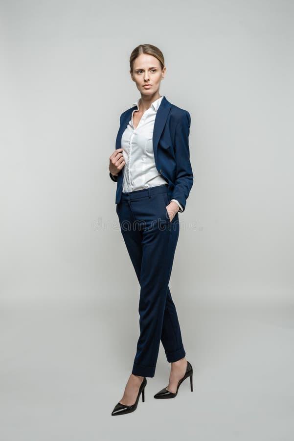 衣服的确信的女实业家 免版税库存照片