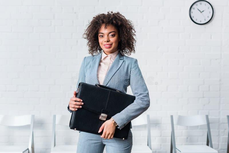 衣服的非裔美国人的女实业家 免版税库存图片