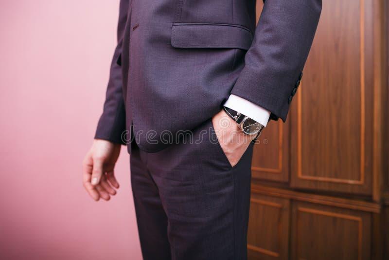 衣服的,在口袋的举行手人 免版税库存照片