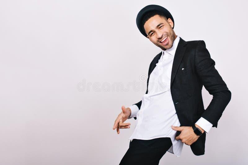 衣服的,获得的帽子时髦的微笑的人在白色背景的乐趣 休闲,快乐的心情,喜悦,幸福,舞蹈家,现代 免版税图库摄影
