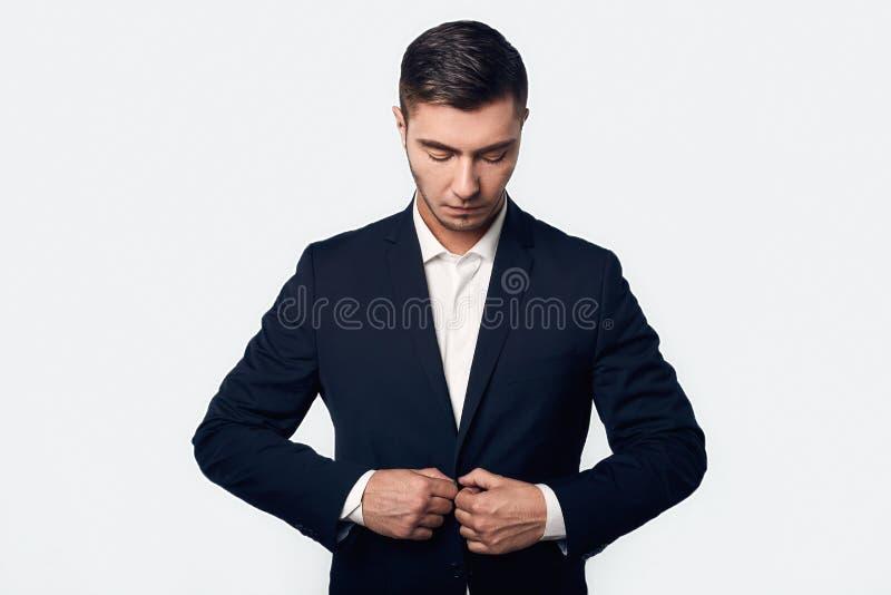 衣服的年轻英俊的商人 免版税库存照片