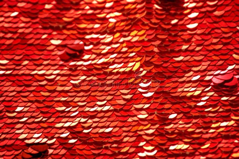 衣服饰物之小金属片特写镜头宏指令 与红色衣服饰物之小金属片的抽象背景 圆的衣服饰物之小金属片纹理标度  免版税库存照片
