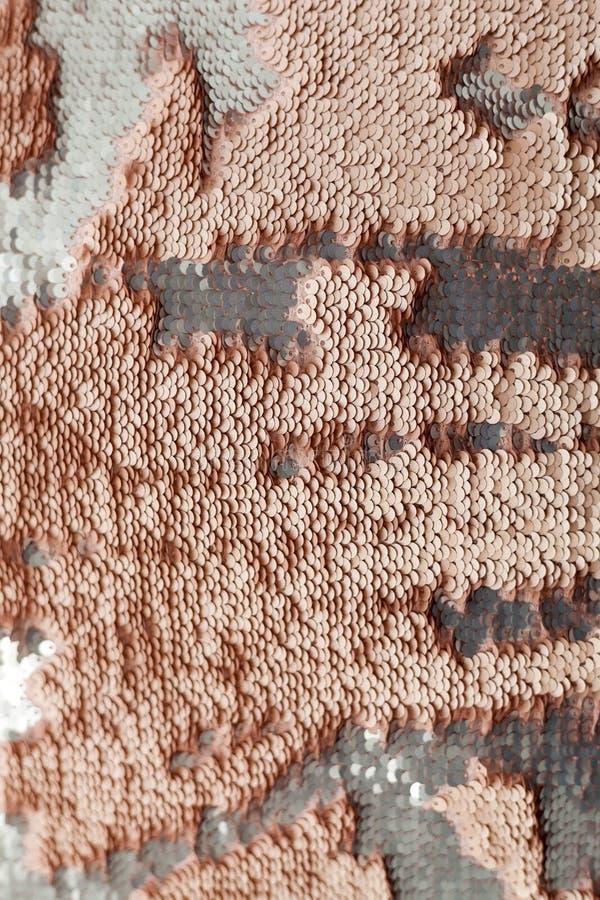 衣服饰物之小金属片特写镜头宏指令 与金衣服饰物之小金属片颜色的抽象背景在织品 库存图片