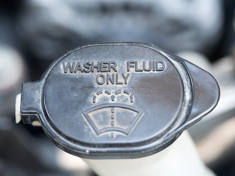 洗衣机流体 洗衣机流体的标志 关闭在发动机里面的黑洗衣机流体 免版税库存图片