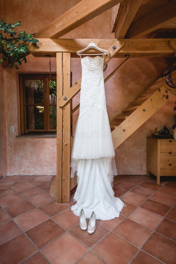 衣架上的婚纱 免版税库存照片
