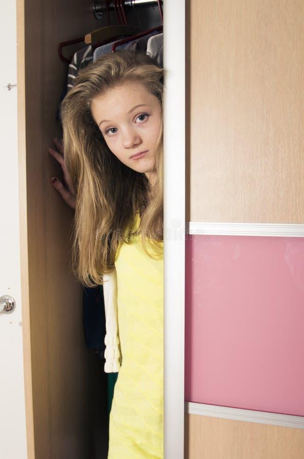 衣橱的十几岁的女孩在家 库存图片