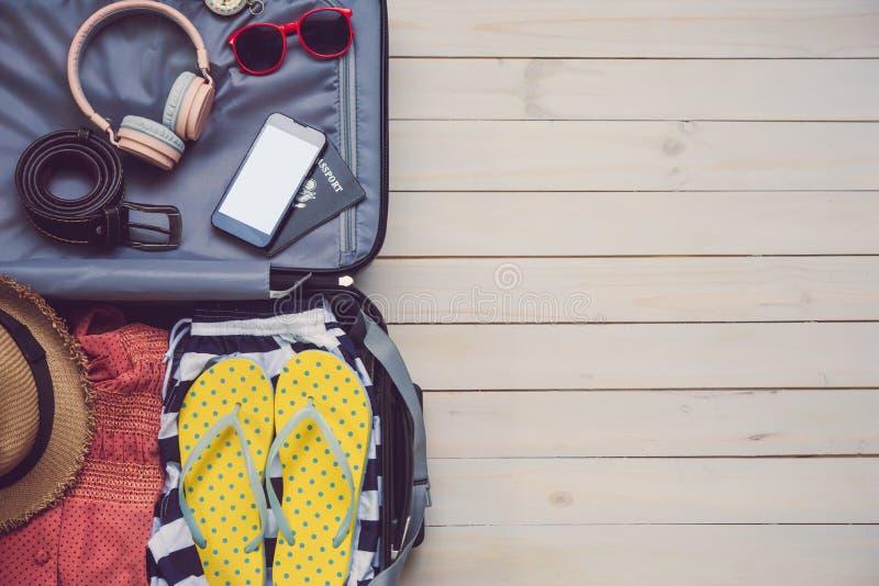 衣物旅客的护照,钱包,玻璃, devic巧妙的电话 图库摄影
