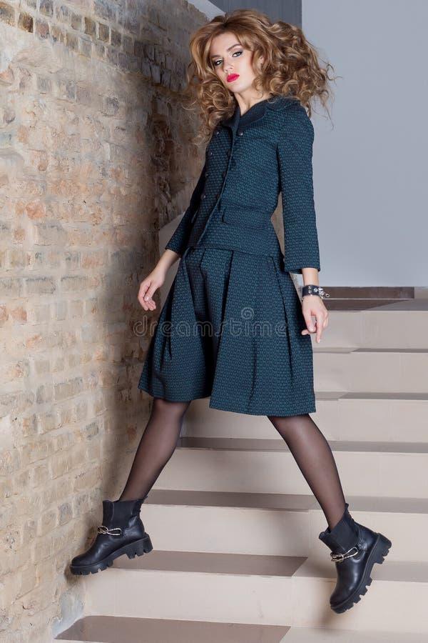 衣物编目的美好的典雅的女商人衣服时尚照片射击 库存照片