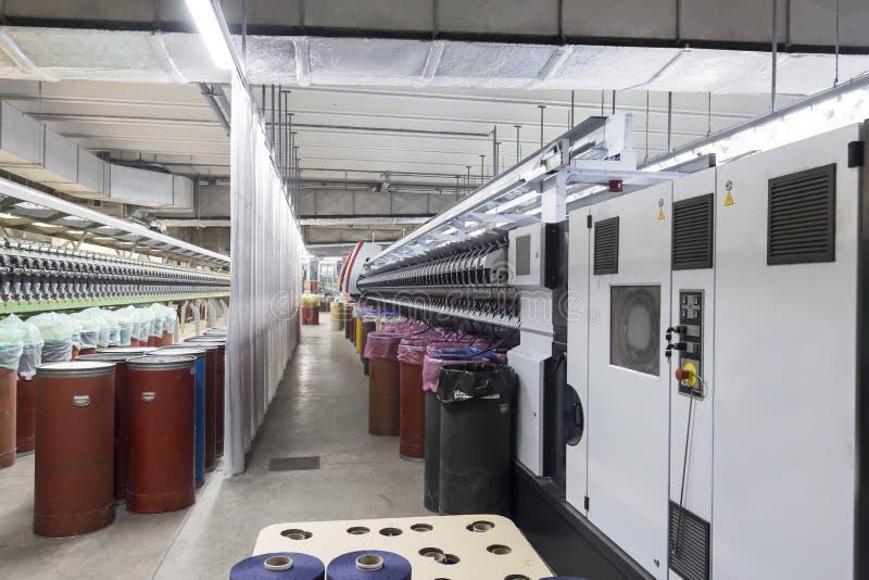 衣物虚拟女性行业于存储纺织品妇女 棉花纺丝机 免版税库存图片