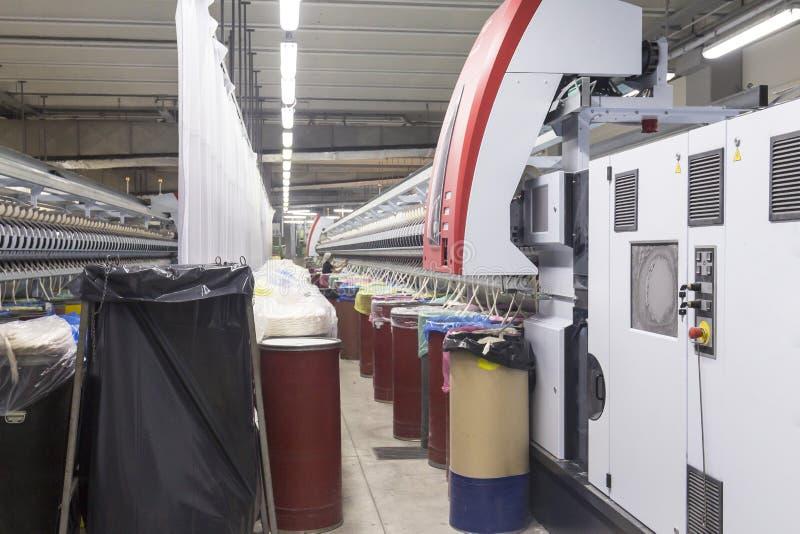 衣物虚拟女性行业于存储纺织品妇女 棉花纺丝机 库存照片