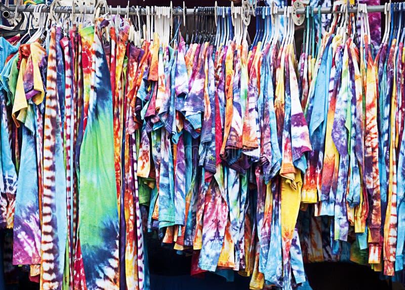 衣物被洗染的机架关系 库存照片
