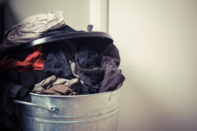 洗衣篮在家 库存照片