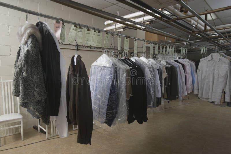 衣裳品种在洗衣店的 免版税库存图片